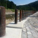 Einbetonierte, rostfarbene Metallstangen im Flussbett der Sihl.